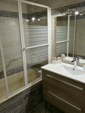 Baignoire avec pare-douche et vasque