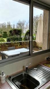 Vue de la cuisine sur la terrasse et le parc du Castel-Franc